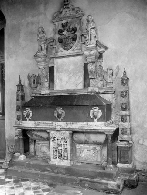 Alabaster wall tomb - Monument to the first three wives of Sir Gervase Clifton