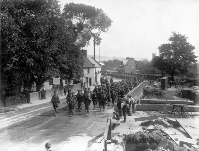 Soldiers of the Sherwood Foresters (?) march over the River Leen bridge, past the Rose and Crown, De