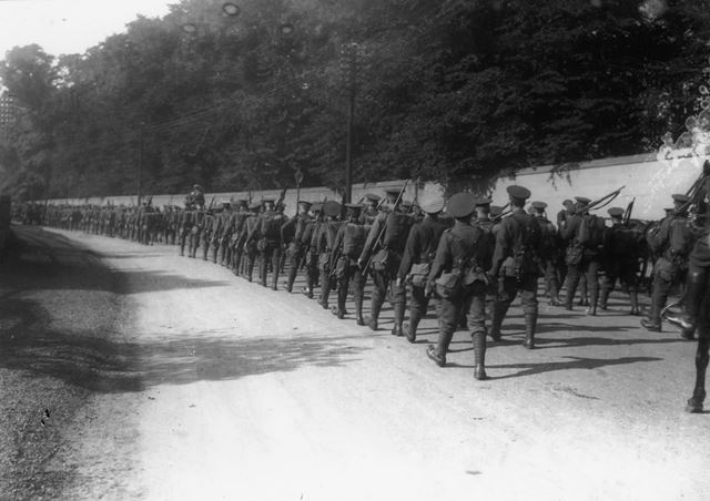 Soldiers marching past Wollaton Park, Derby Road, 1913
